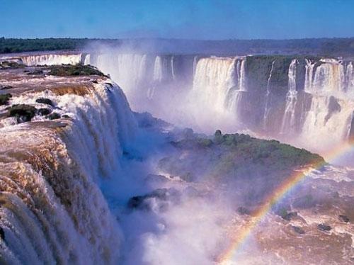 Водоспади Ігуасу на кордоні Аргентини і Бразилії