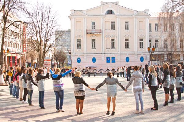 """12 квітня у сквері Козицького відбувся флешмоб під назвою """"Зроби велику писанку"""""""