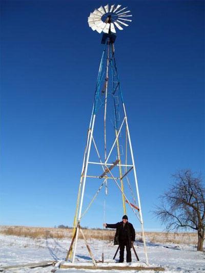 Землевпорядник села Северинівка Жмеринського району Віктор Марценюк показує французький вітряк біля сільської ферми. Він качає воду з криниці