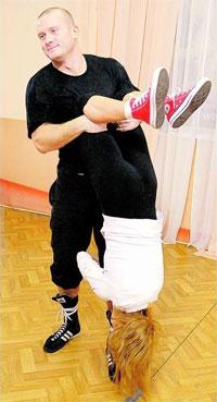 """Боксер В'ячеслав Узелков із танцівницею Ксенією Горб репетирують рок-н-рол для виступу в шоу """"Танцюю для тебе"""" на каналі """"1+1"""""""
