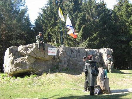 Двоє козаків чергують у понеділок, 21 квітня, біля залишків ставки Гітлера на Вінниччині