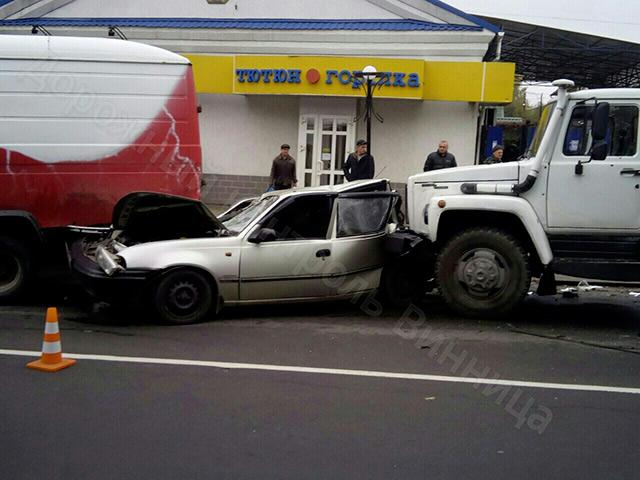 На вул. Данила Галицького сталась масштабна аварія за участі 4-х авто. Є постраждалі