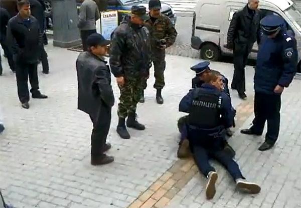 Козаки Воловодюка побилися із народною самообороною у холі облради