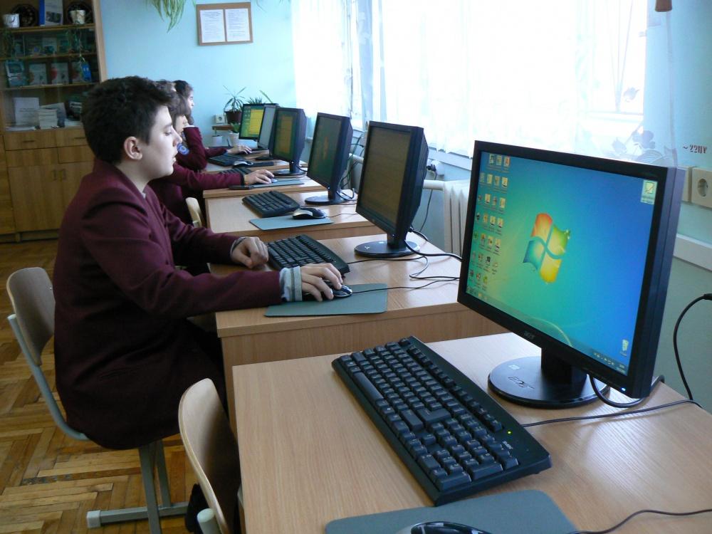 Дев'ятнадцять вінницьких шкіл отримали нову техніку для комп'ютерних класів