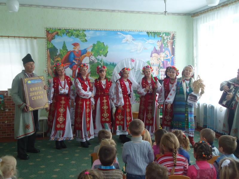 Представники Фонду разом із колективом народної творчості подільського  завітали до школярів вороновицької школи №1