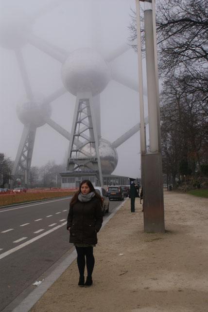 Аліна Рудченко на фоні Атоміуму - символу Брюсселя