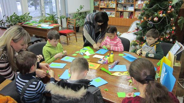 діти у творчих майстернях Діда Мороза