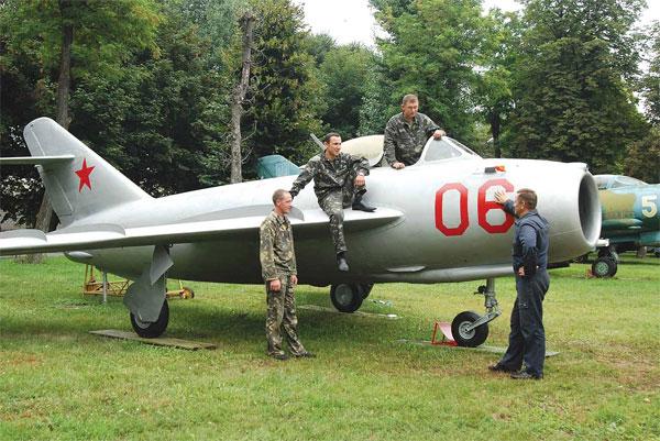 До Вінниці привезли літак-винищувач МІГ-17