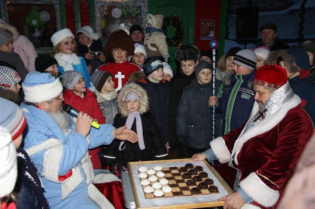 Дід Мороз і святий Миколай грають у шашки за посох