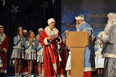 Випусники школи отримують сертифікати-посвідчення молодих Дідів Морозів