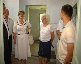 Любов Спірідонова оглядає приміщення для облаштування Центру для бездомних людей