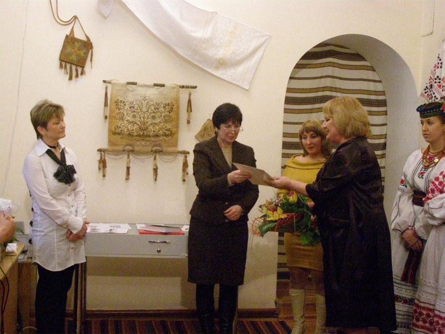Вітають Валентину Шитікову з відкриттям виставки