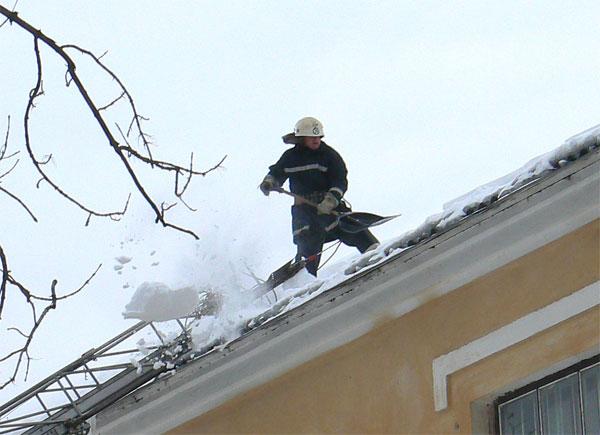 працівники МНС чистять дах дитячого садочку від снігу