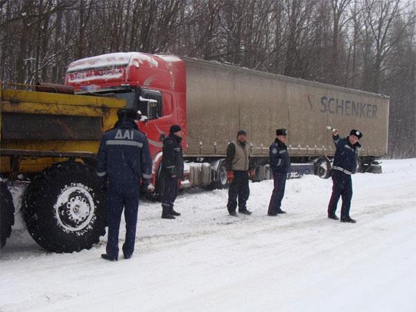 вантажівки застрягають у снігових заметах