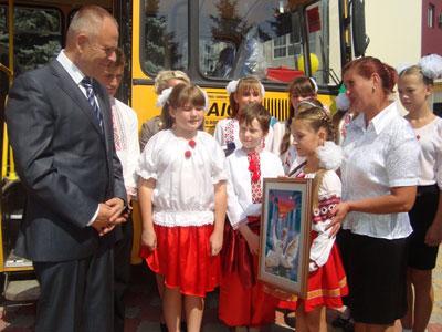 Микола Джига отримав подарунок від учнів школи