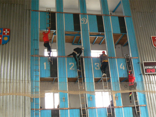 підйом по штурмовій драбині у вікно 4-го поверху навчальної вежі