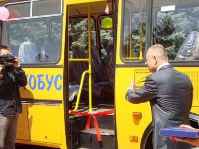 Губернатор області разом зі школярами перерізав червону стрічку
