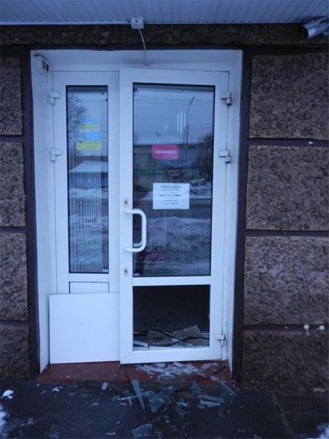 пошкоджені двері одного із вінницьких банків