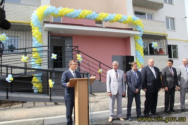 Віце-прем'єр-міністр України у Вінниці. Олександр Вілкул  вручив  свідоцтва на доступне житло 24 родинам