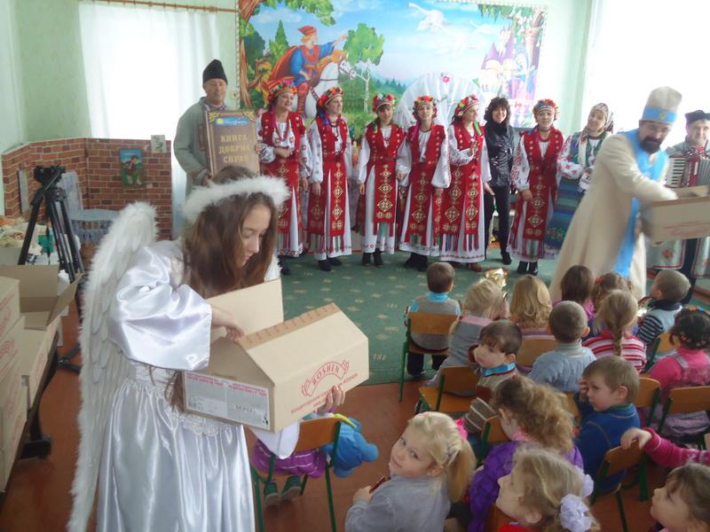 Дітки отримали новорічні подарунки від Фонду  Порошенка