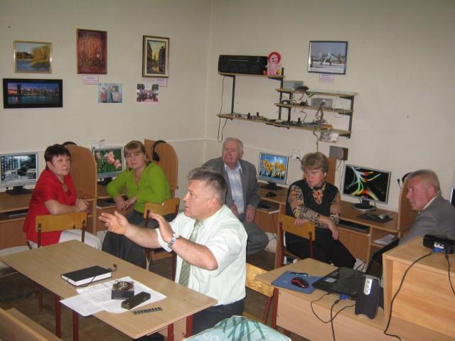 Пенсіонери навчаються користуватися комп'ютером