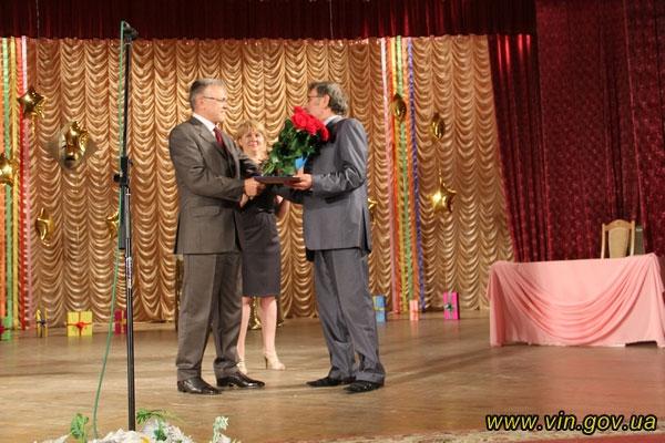 Голова обласної ради передав директору лялькового театру Михайлу Байдюку вітальну адресу та грошовий сертифікат