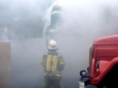 пожежники ліквідовують пожежу