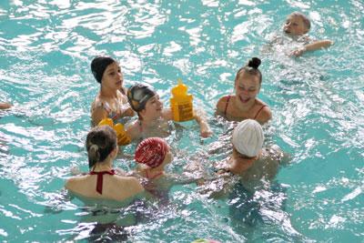 Діти з пришкільних таборів відпочивають в аквапарку