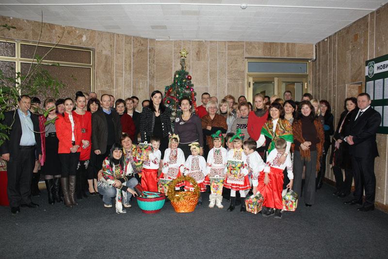Вихованці дитячого будинку Малятко разом із працівниками податкової