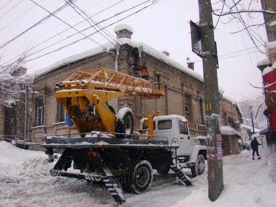 По вул. Архітектора Артинова у триповерховому будинку завалився дах від снігу