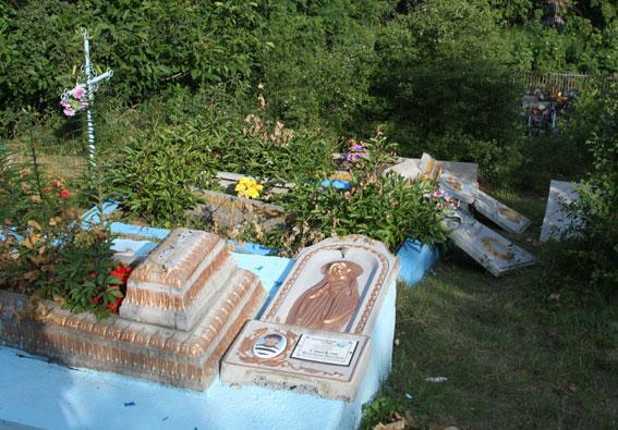 Шукаючи цукерки на кладовищі діти потрощили 29 надгробків