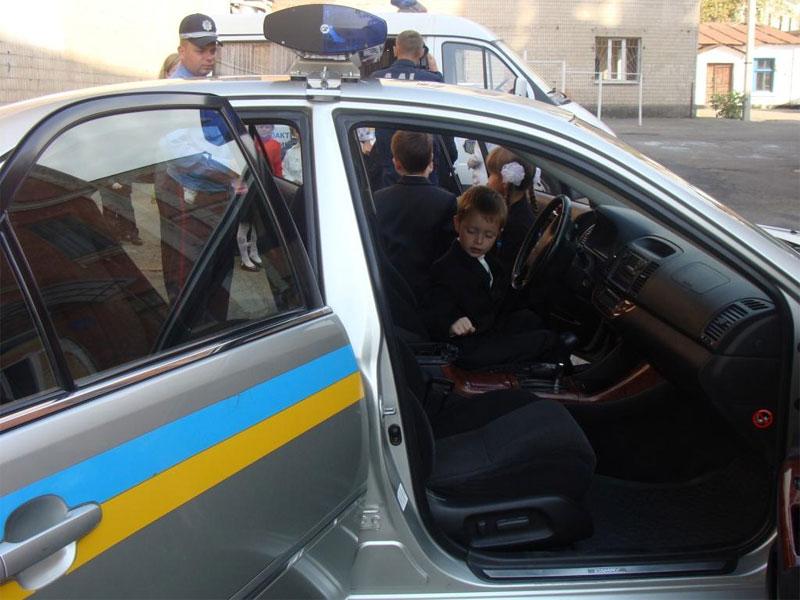 Школярі мають можливість розглянути службові автівки ДАІ