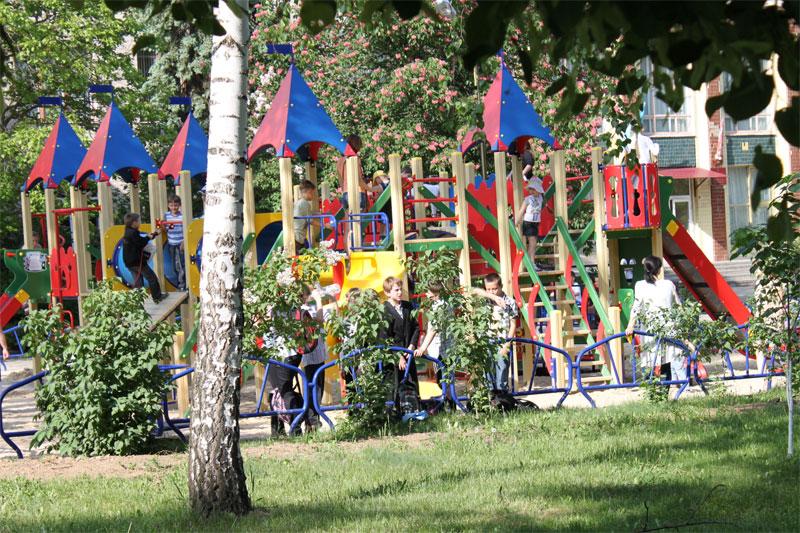 На території школи № 11, що на Старому місті, встановили багатофункціональний мультикомплекс для родинного відпочинку