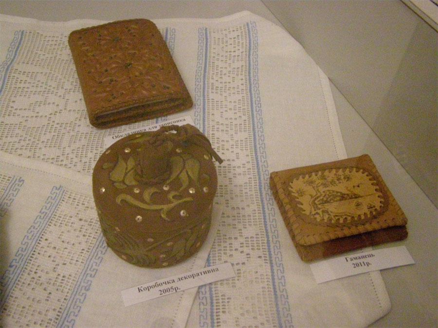 вироби зі шкіри, які представлені на виставці