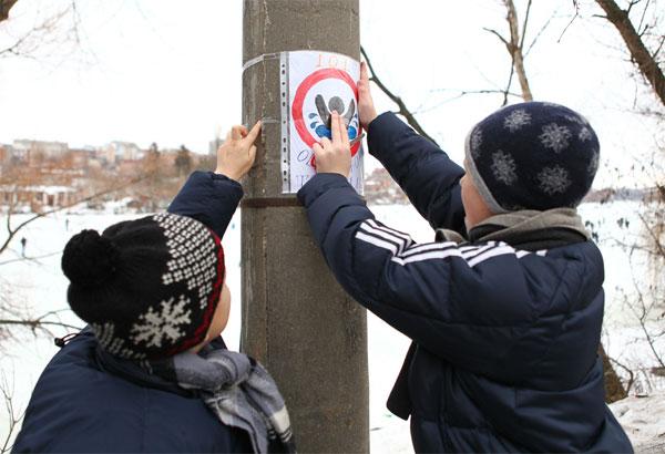 школярі розклеюють листівки