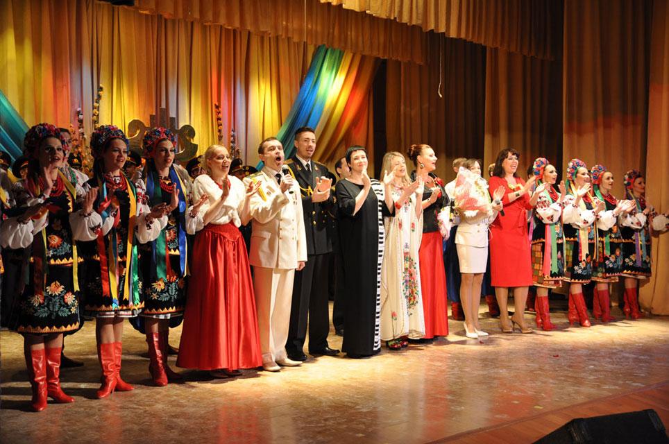 творчий колектив заслуженого Академічного ансамблю пісні і танцю Збройних Сил України презентував військовослужбовцям Гайсинського гарнізону нову концертну програму