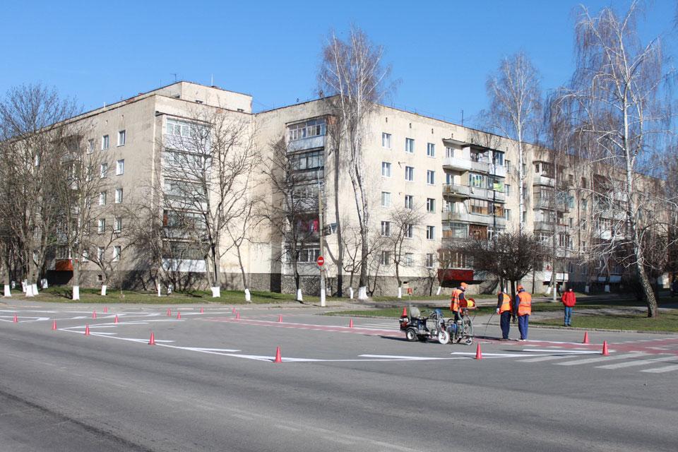 перед входом до парку працівники дорожніх служб наносять дорожню розмітку
