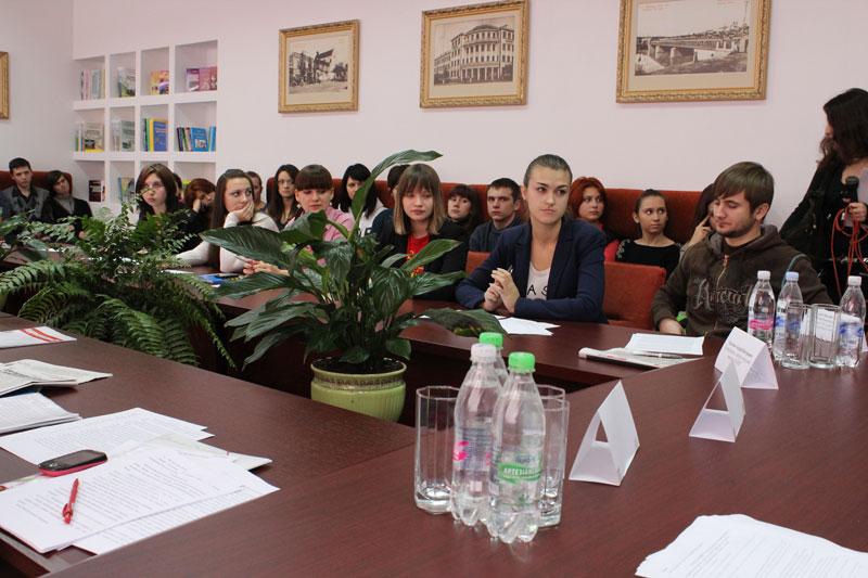 Обговорення за круглим столом Закону Про наклеп у ВДПУ