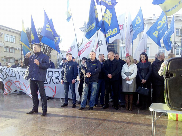 Вінницькі партійці  пройшли маршем по Соборній