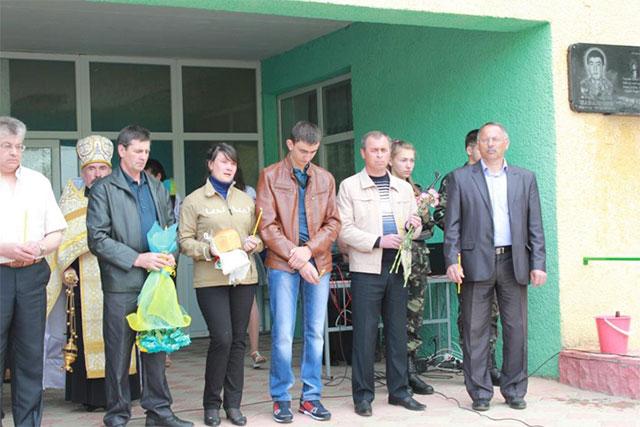 У Томашпільському районі встановили меморіальну дошку в пам'ять бійця АТО Віктора Саванчука