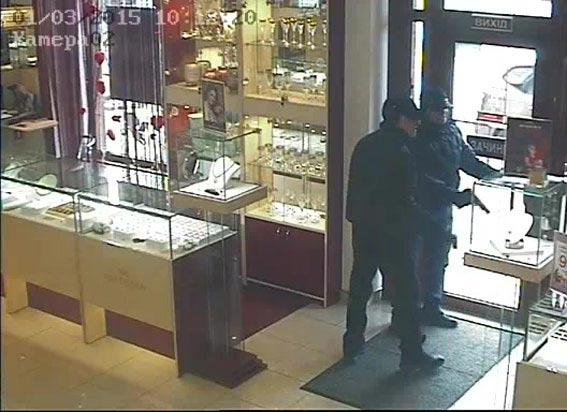 Двох чоловіків, які в березні пограбували ювелірний магазин на Київській, затримали на Донеччині