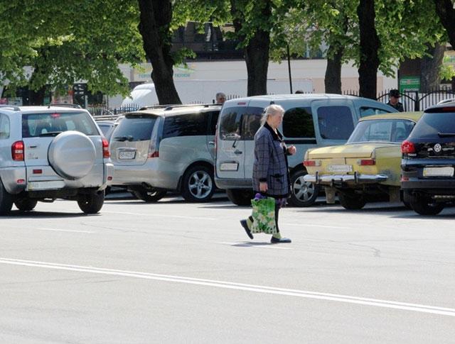 Вінницькі ДАІшники навчали вінничан правильно переходити дорогу