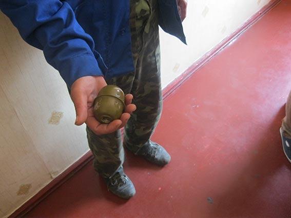 У Могилів-Подільському чоловік розгулював по парку із гранатою в кишені