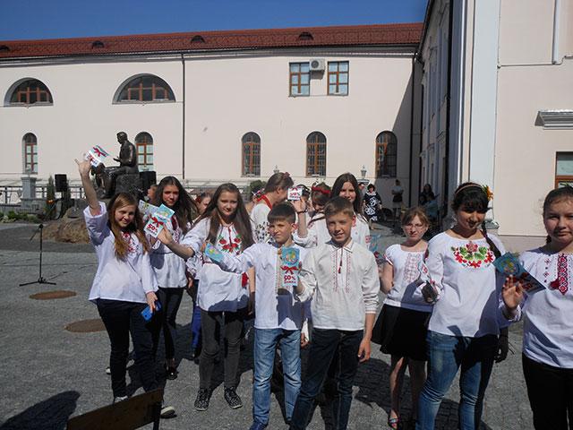 На площі Шевченка вінницькі школярі читали вірші та співали патріотичні пісні