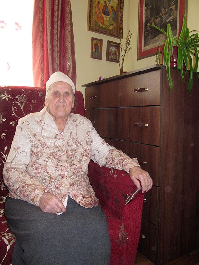 Працівники Терцентру привітали 90-річну підопічну з ювілеєм