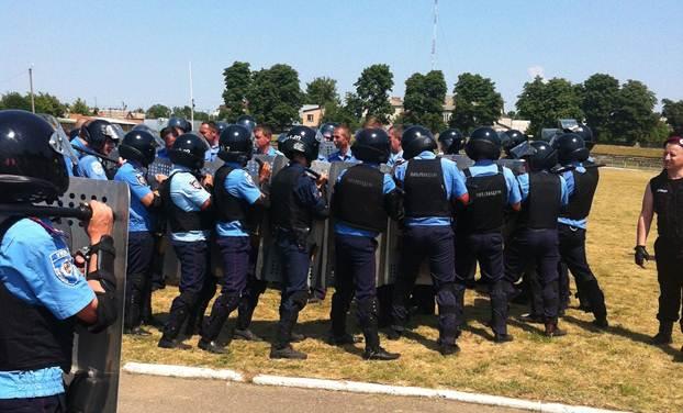 """Правоохоронці навчалися """"приборкувати"""" порушників громадського порядку"""