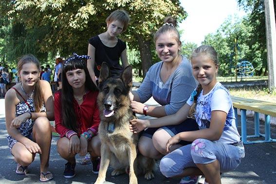 Діткам, що відпочивають у санаторії, вінницькі міліціонери показали, як працюють службові собаки