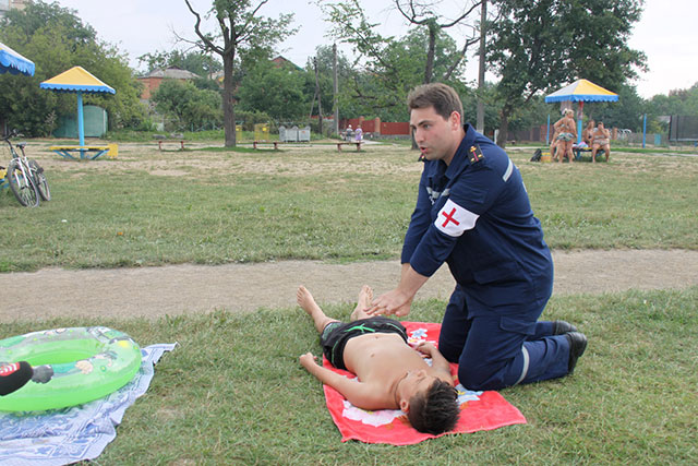 На пляжах Вінниці рятувальники вчать безпечній поведінці на воді