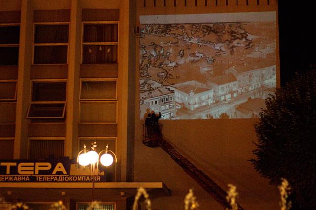 Чеські художники малюють на фасаді ТРК «Вінтера» мурал-арт у подарунок вінничанам