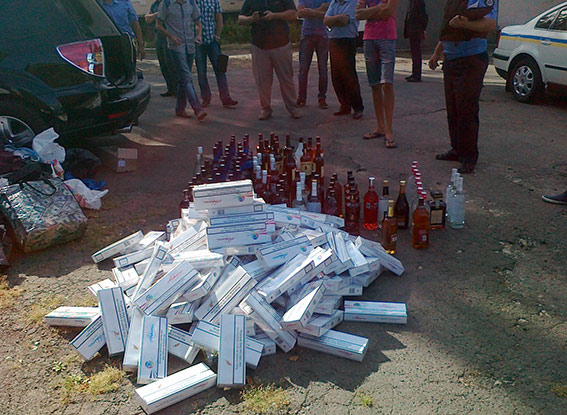 Більше сотні пляшок елітного алкоголю виявили в салоні авто працівники ДАІ та прикордонники